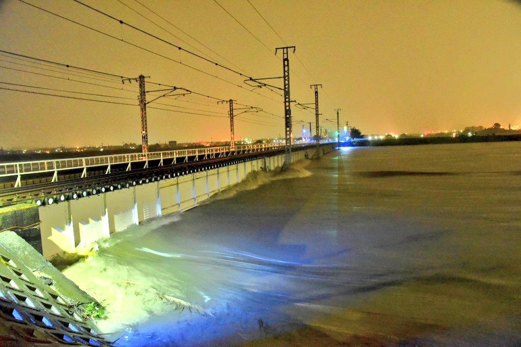 大和川マジで氾濫するかも(;゜0゜) pic.twitter.com/lES09qmZqW
