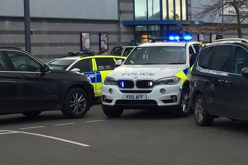 BREAKING: Major incident at bowling alley after 'gunman with sawn-off shotgun takes hostages at leisure park' https://t.co/885riQ0QSL