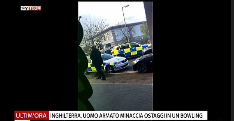 #UltimOra Inghilterra, uomo armato minaccia ostaggi in un bowling a Nuneaton #canale50 https://t.co/0kxapzvQk0