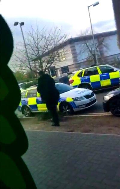#SONDAKİKA İngiltere'de rehine krizi: Silahlı bir şahıs çok sayıda kiş...