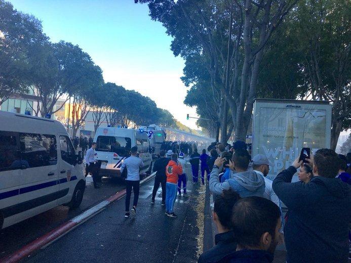 . @OM_Officiel- @PSG_inside: la situation est tendue devant le stade #Vélodrome https://t.co/BAlAziFAoB #OMPSG