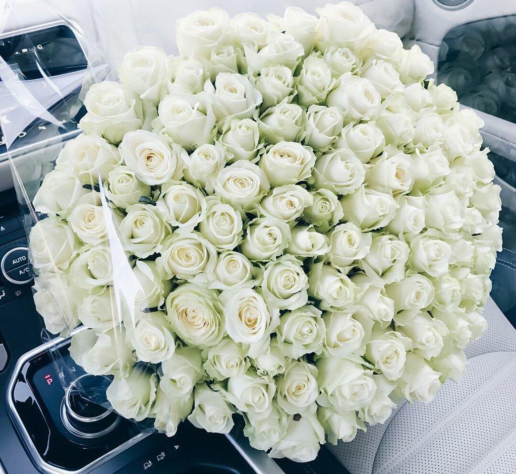 фото букета цветов на белой ауди совсем