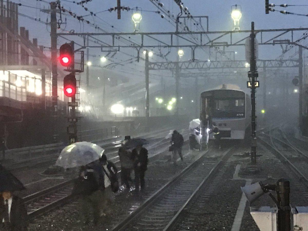 先程より落雷当該の電車より、乗客の避難が始まりました。 pic.twitter.com/Aj3WAixHXm
