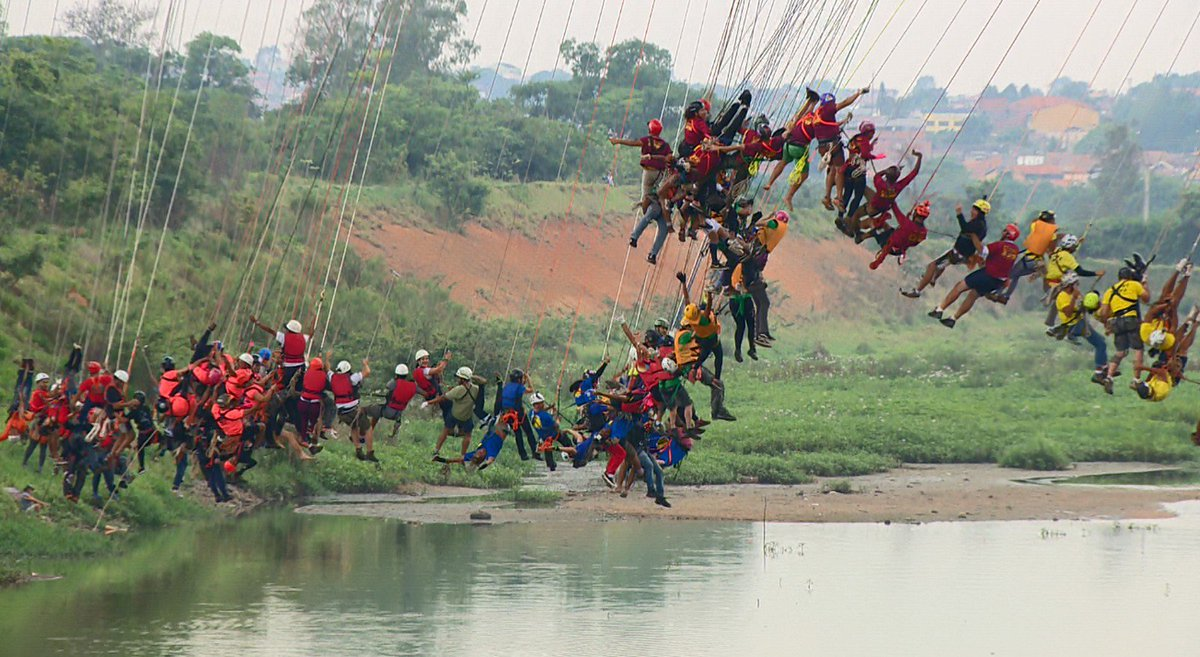 Por recorde, 245 pessoas saltam de ponte...