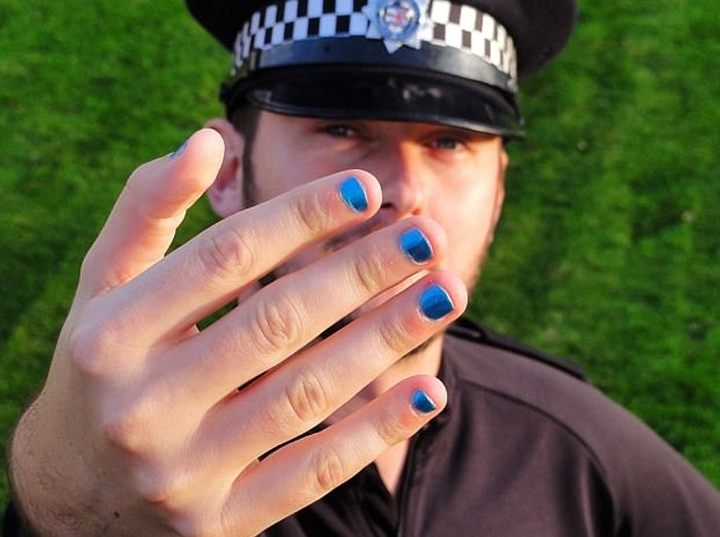 Top cop blasts officers painting nails and wearing high heels as 'an embarrassment' - is he right? https://t.co/n0ZOQReNzb