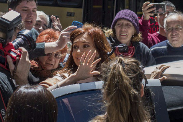 Eleições legislativas na Argentina   Resultado parcial indica aliado de Macri à frente de Cristina Kirchner https://t.co/OWvfe7DjKE