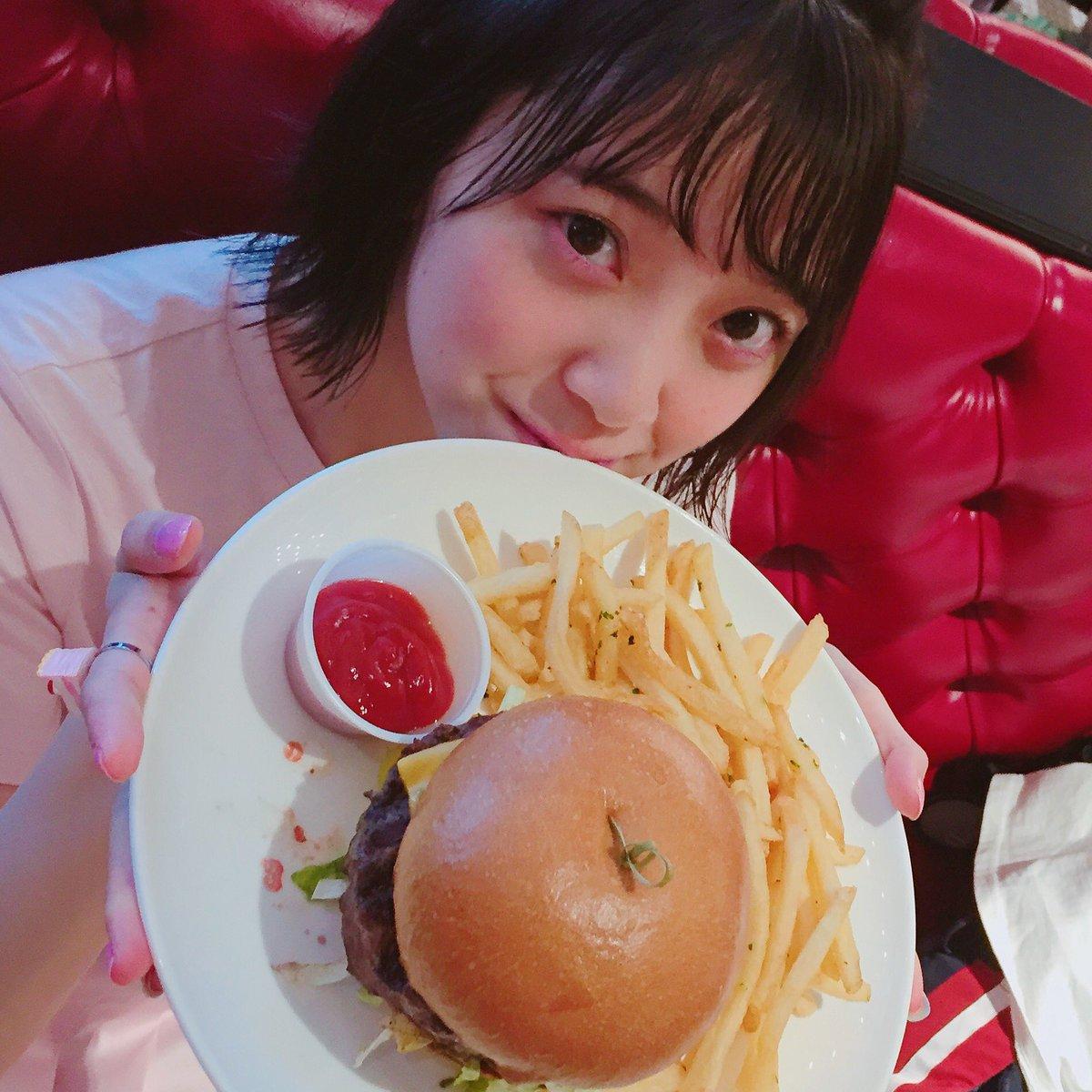 ハンバーガーを食べる堀未央奈