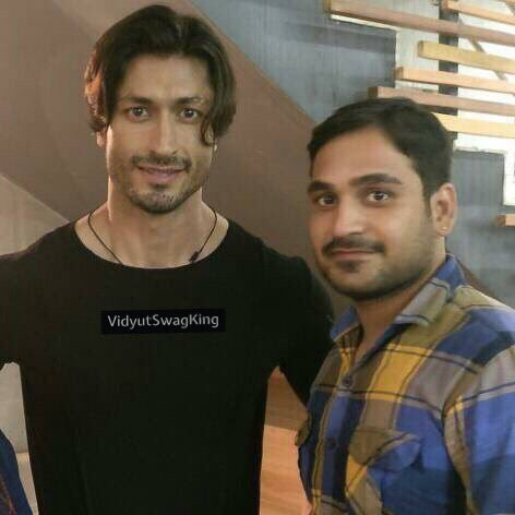 #tbt fan moment  Uff that Ponytail  @VidyutJammwal with fans . . . #VidyutSwagKing #VidyutJammwal #Handsome #Style  #ActionHero #Hairstyle<br>http://pic.twitter.com/YpcEvZvX8B
