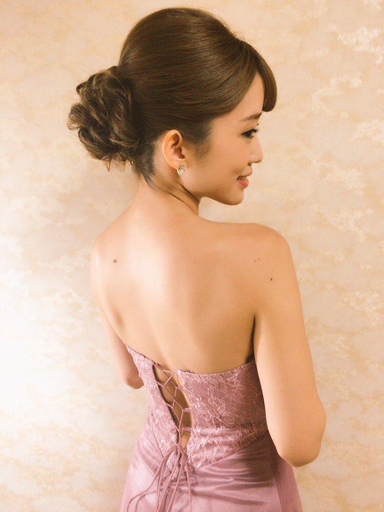 セクシーなドレスを着こなす柳本絵美の画像
