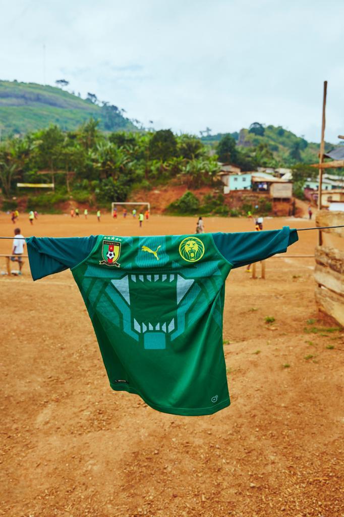 Quand @MHDOfficiel et #RogerMilla présentent le nouveau maillot de l'équipe du #Cameroun https://t.co/qbCWwXjLaz