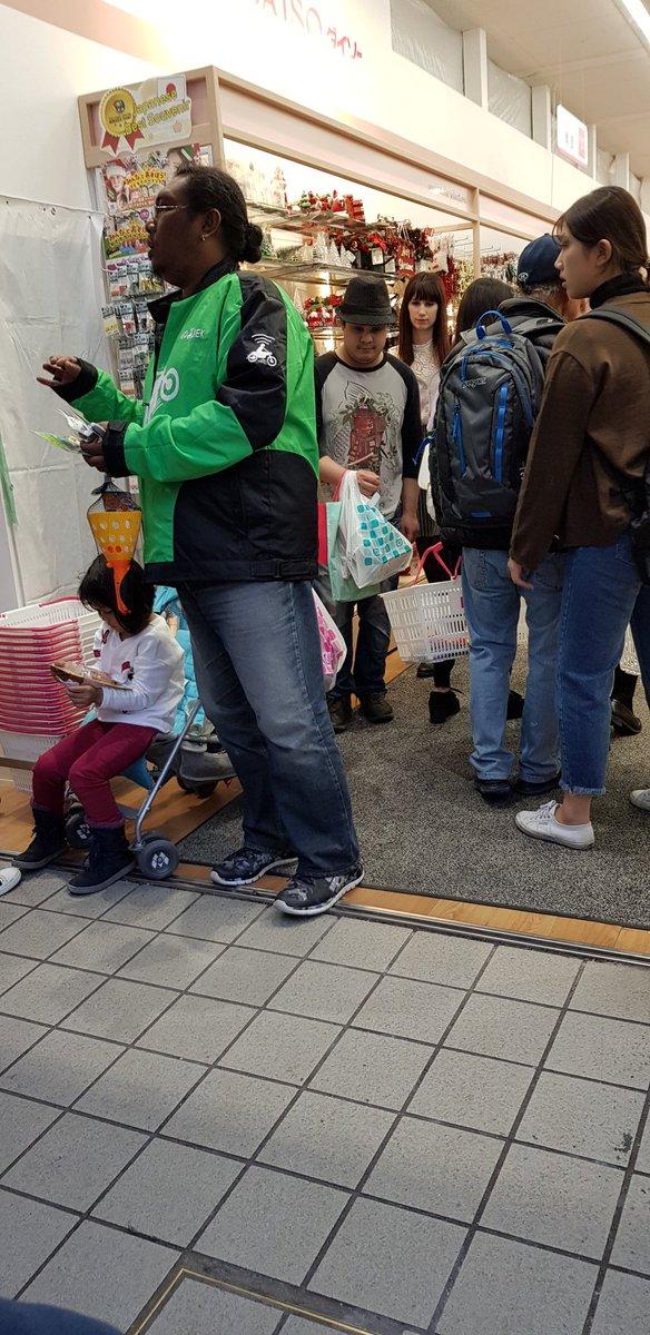 Pria Berjaket Gojek di Bandara Jepang