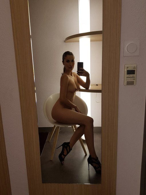 Le thermostat affiche 25. #nude #hot #nsfw #tits #MondayMotivaton #heels #legs #boobs https://t.co/j8wJ3yAP3O