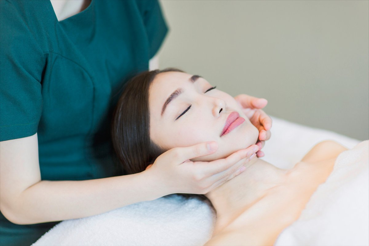 """""""Facials are like workouts for your skin!"""" Give your skin a goooood workout https://t.co/2hbb6vvHob #DrSpa #Facial https://t.co/Ztt5qydNsr"""