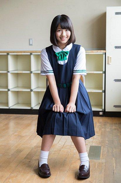 制服姿の松田好花さん