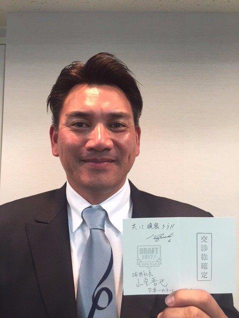 「良かったあ」と井口監督。初めてのドラフト会議を終えてこの表情。交渉権獲得用紙を手に笑顔です。(広報) #chibalotte