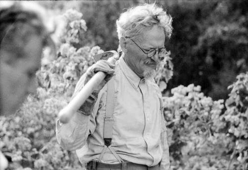 Добрый дедушка Троцкий. Весь в цветах