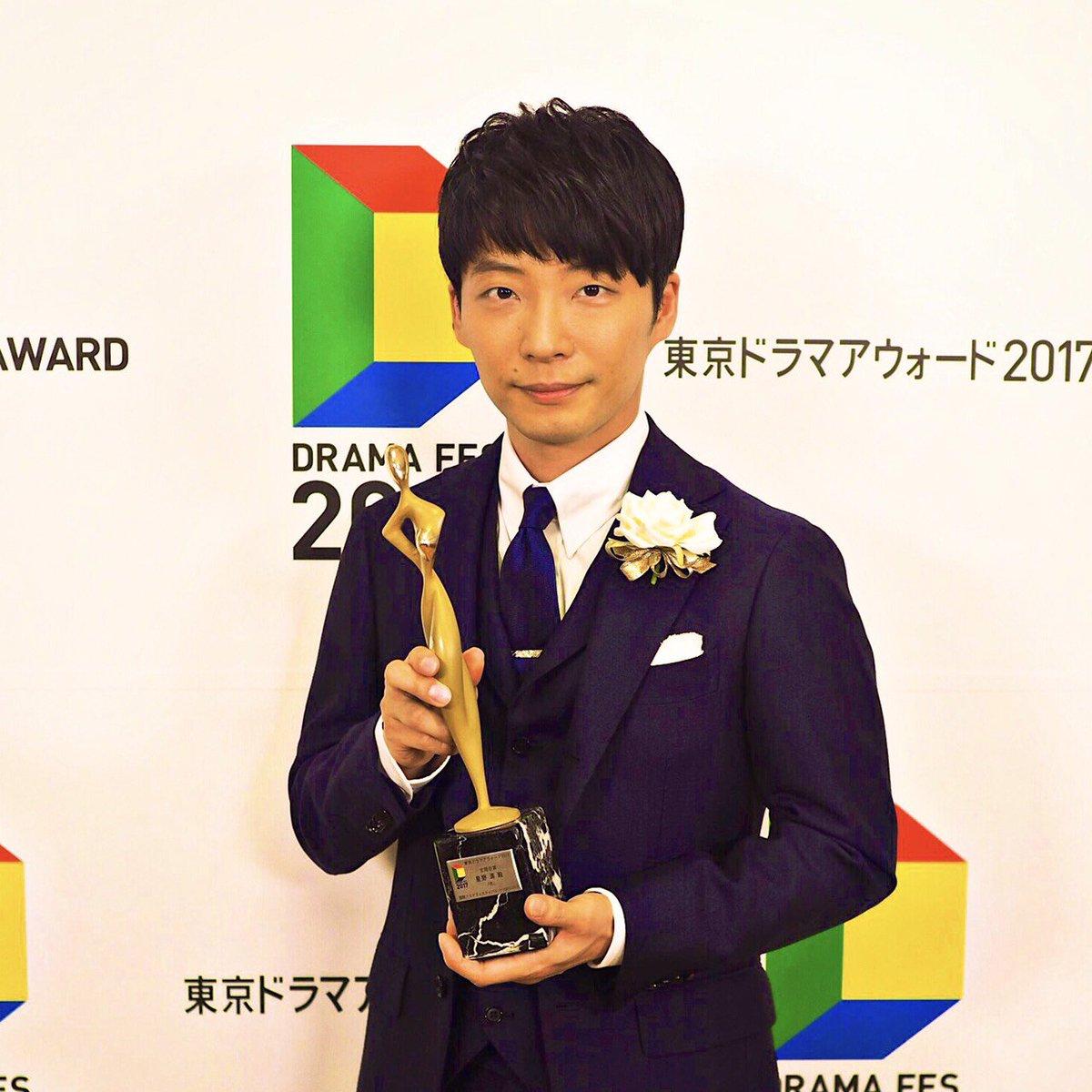 本日授賞式が行われた東京ドラマアウォード2017にて、星野源が「恋」で主題歌賞を受賞しました!また、昨年出演したドラマ「逃げるは恥だが役に立つ」が作品賞としてグランプリを獲得!五冠の快挙です! #星野源の恋 #逃げ恥