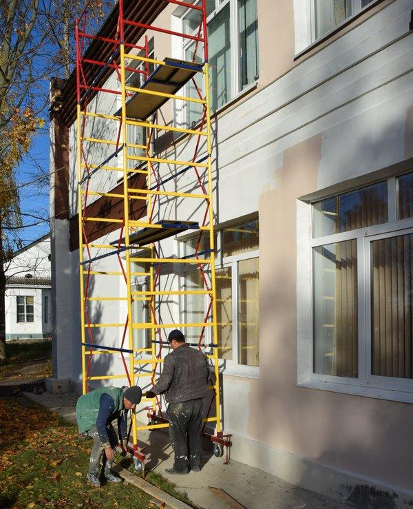 Продолжается ремонт фасада