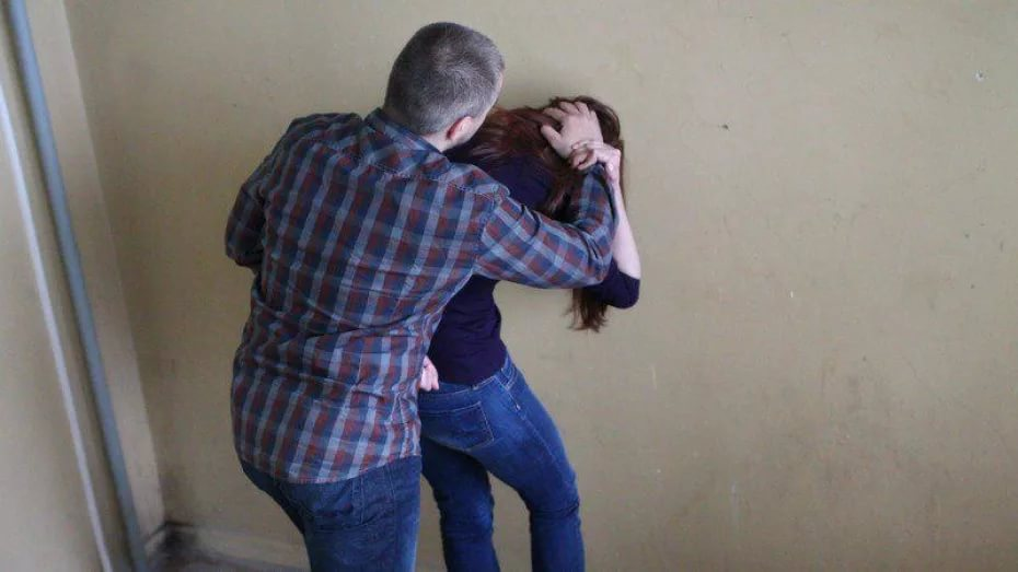 Парень развел телку и ебет за деньги в подъезде