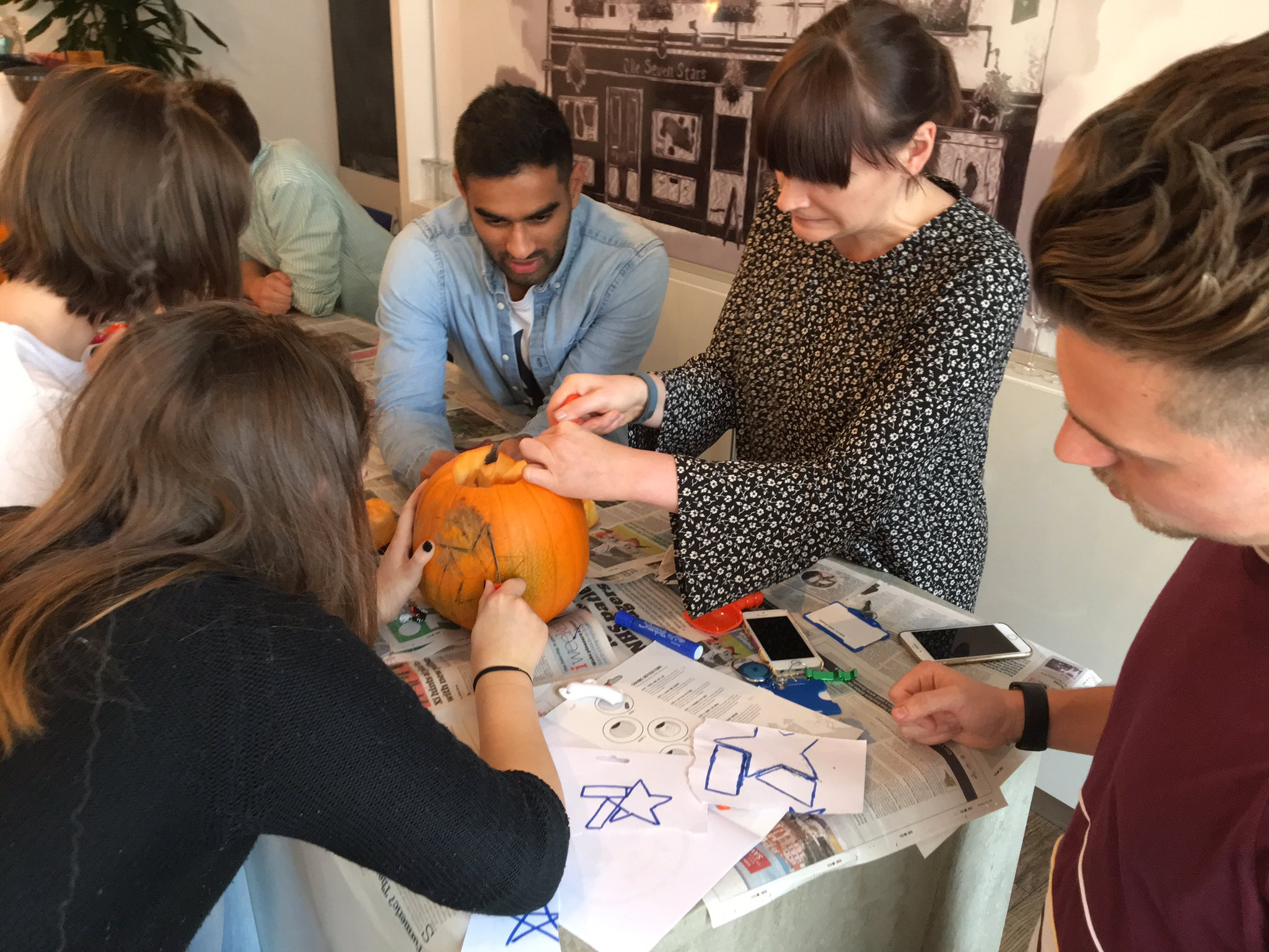 How many employees of the7stars does it take to carve a pumpkin? At least five, apparently ... 🎃 #spooktacular https://t.co/UkmbE1P0q6