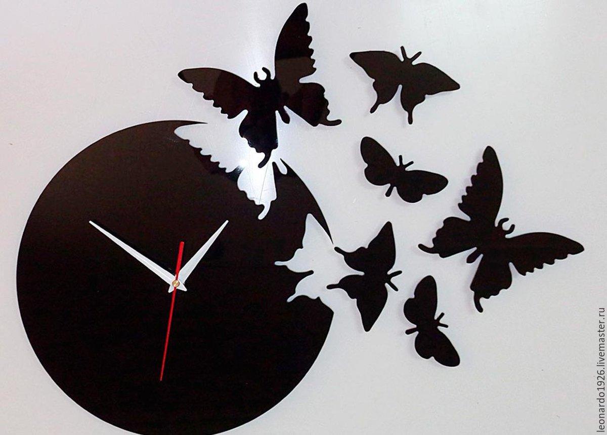 Яркие красочные часы в виде бабочки, маятник и стрелки в виде цветочков.