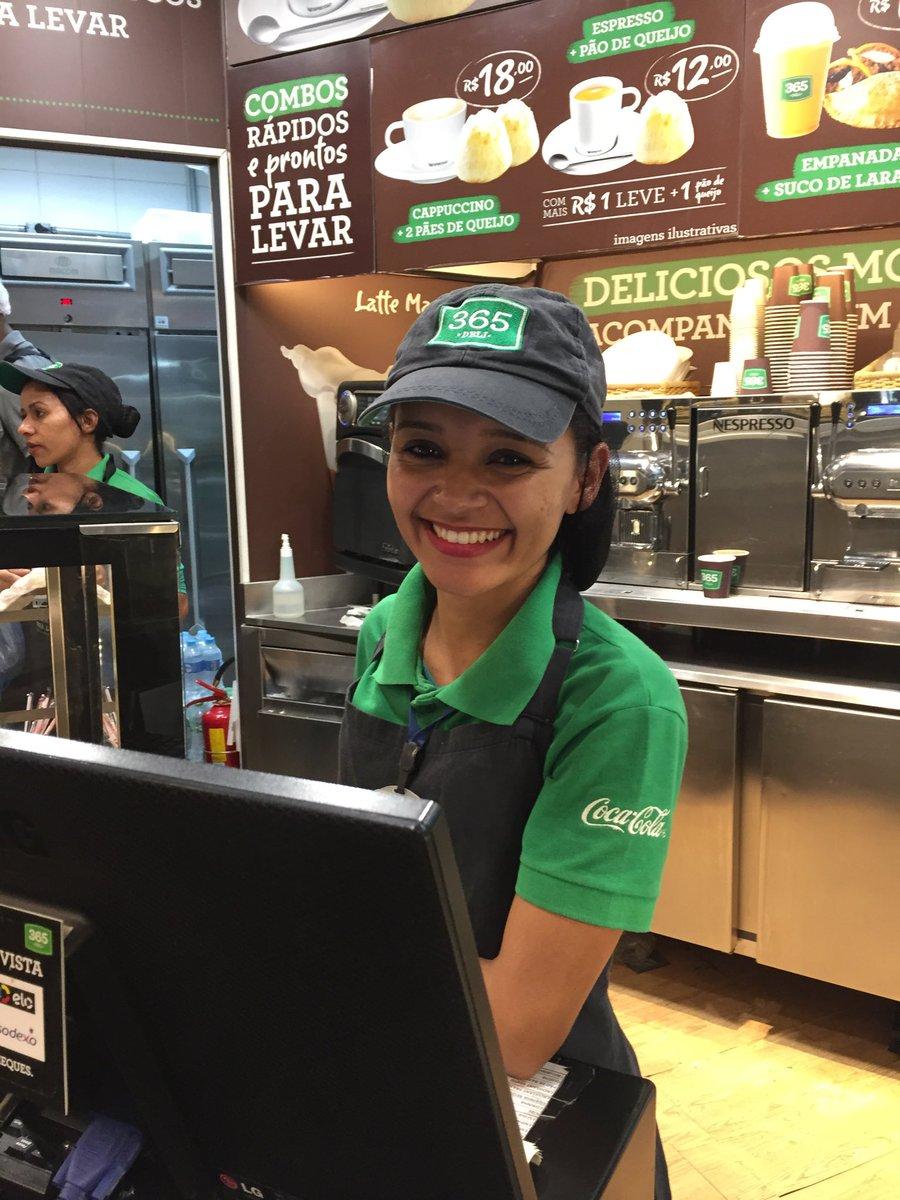 Congonhas fervendo, todo mundo  estressado e essa moça trabalha com eficiência e sorriso no rosto. Exemplo pra quem trabalha com público.