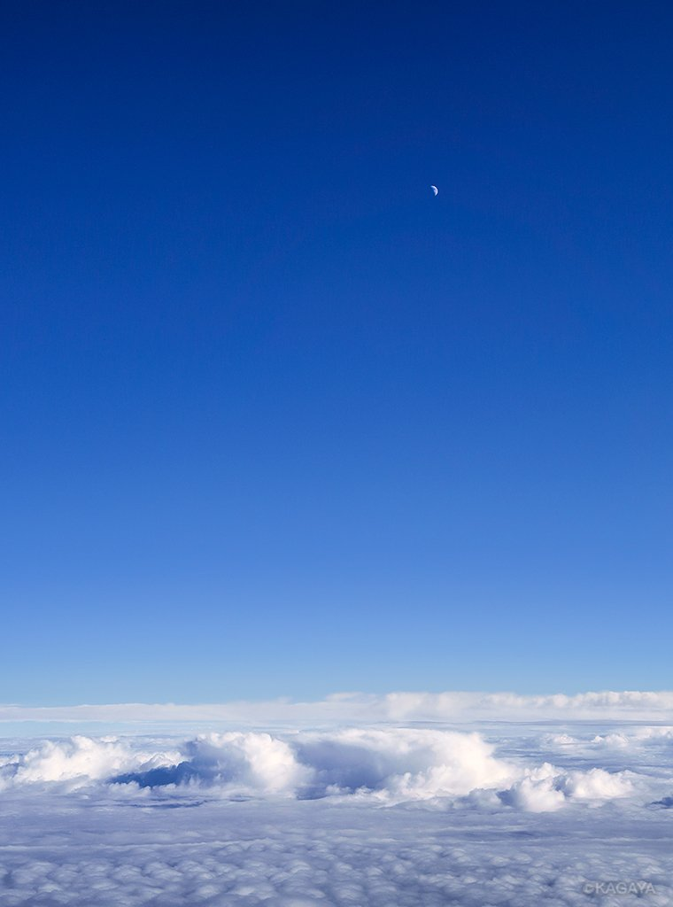 もうすぐ上弦の月。(本日撮影) 1、午後の青空の中、太平洋上空より。 2、宵に望遠鏡を使って。 今日もお疲れさまでした。明日もおだやかな一日になりますように。