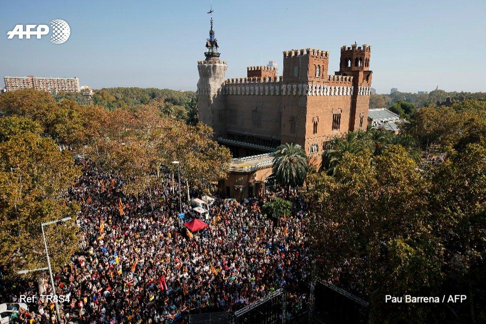 Espagne : le parlement de #Catalogne déclare l'indépendance #AFP
