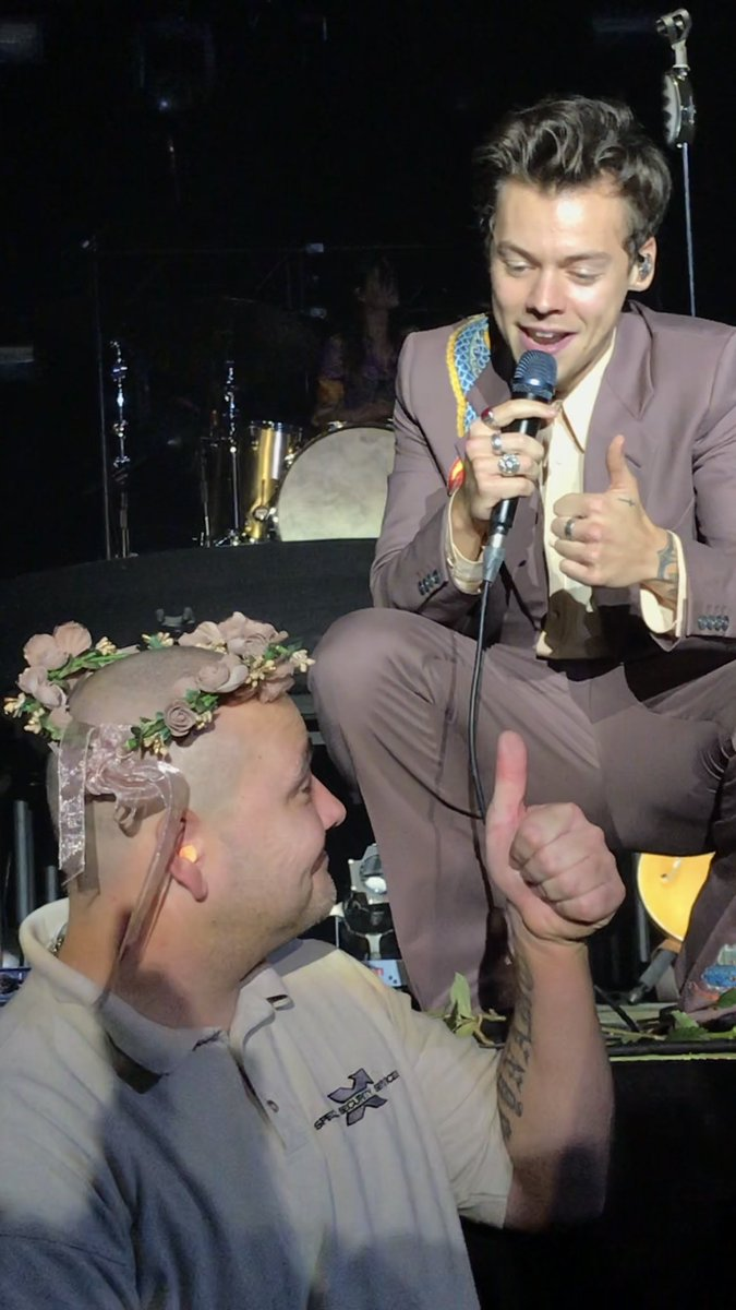 on twitter cutest moment of the show harry placing on twitter cutest moment of the show harry placing a flower crown on a security guards head harrystylescologne izmirmasajfo