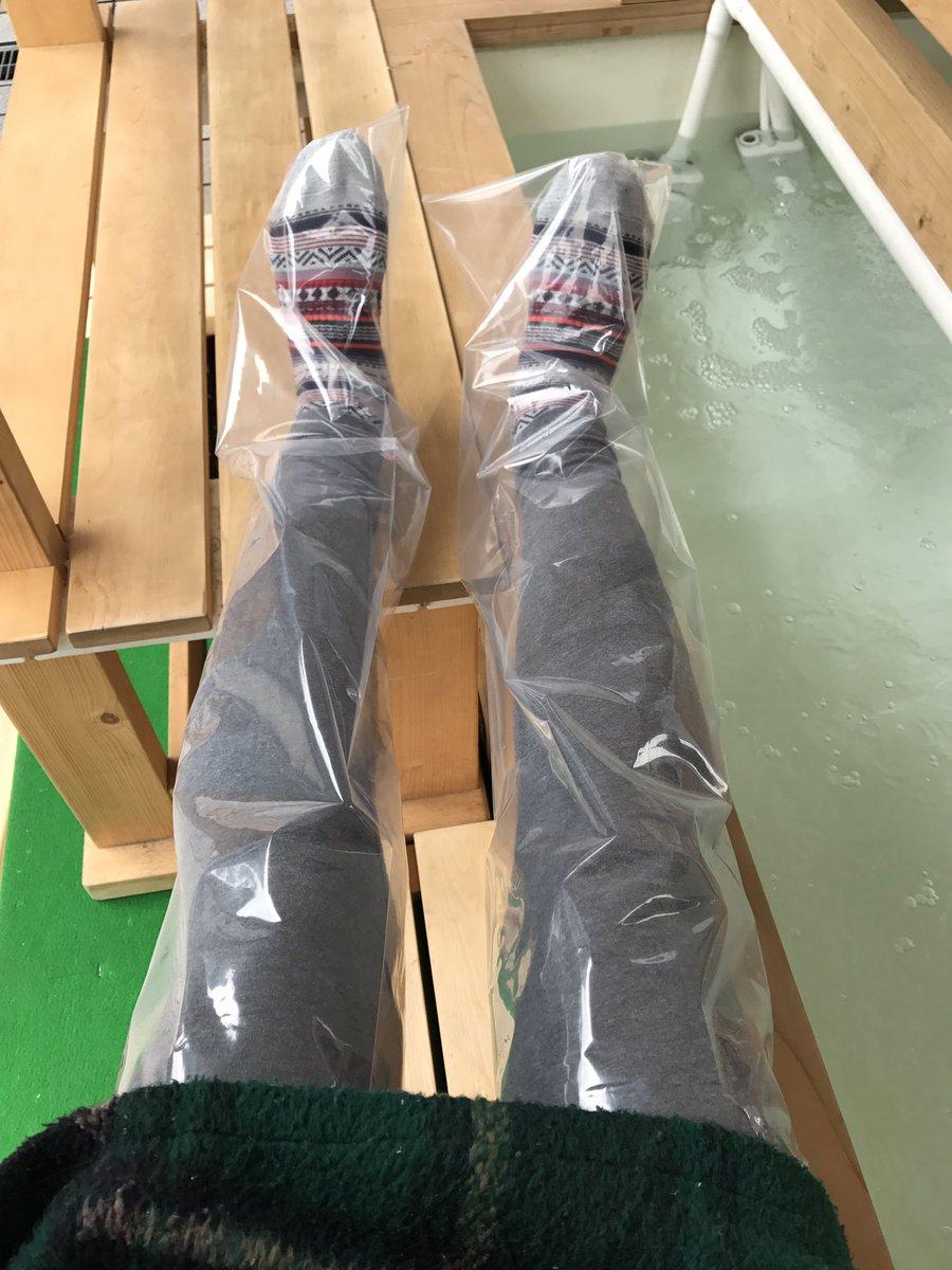 富山駅のcicビル前で足湯やってるよって、昨日教わったから来てみた。 富山駅前で足湯ができるのも面白いんけど、タイツ脱がないで足湯に入れる画期的なグッズが超面白い。 タイツ脱がないで足湯に入れるし、スーツの人もそのまま足湯に入ってる。ちょっとみんな来て体験してみて。
