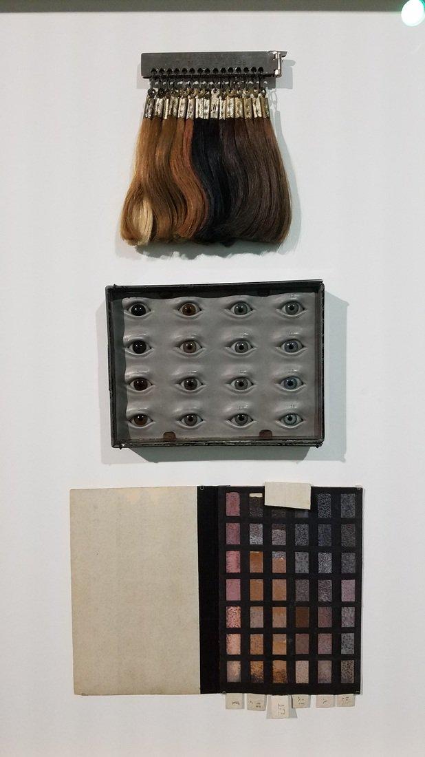 生まれつきの髪の色がどうとかいうのがすでに優生学やな。気色悪すぎる。 写真はナチが人種を分類するのに使った髪と目の色のチャート。