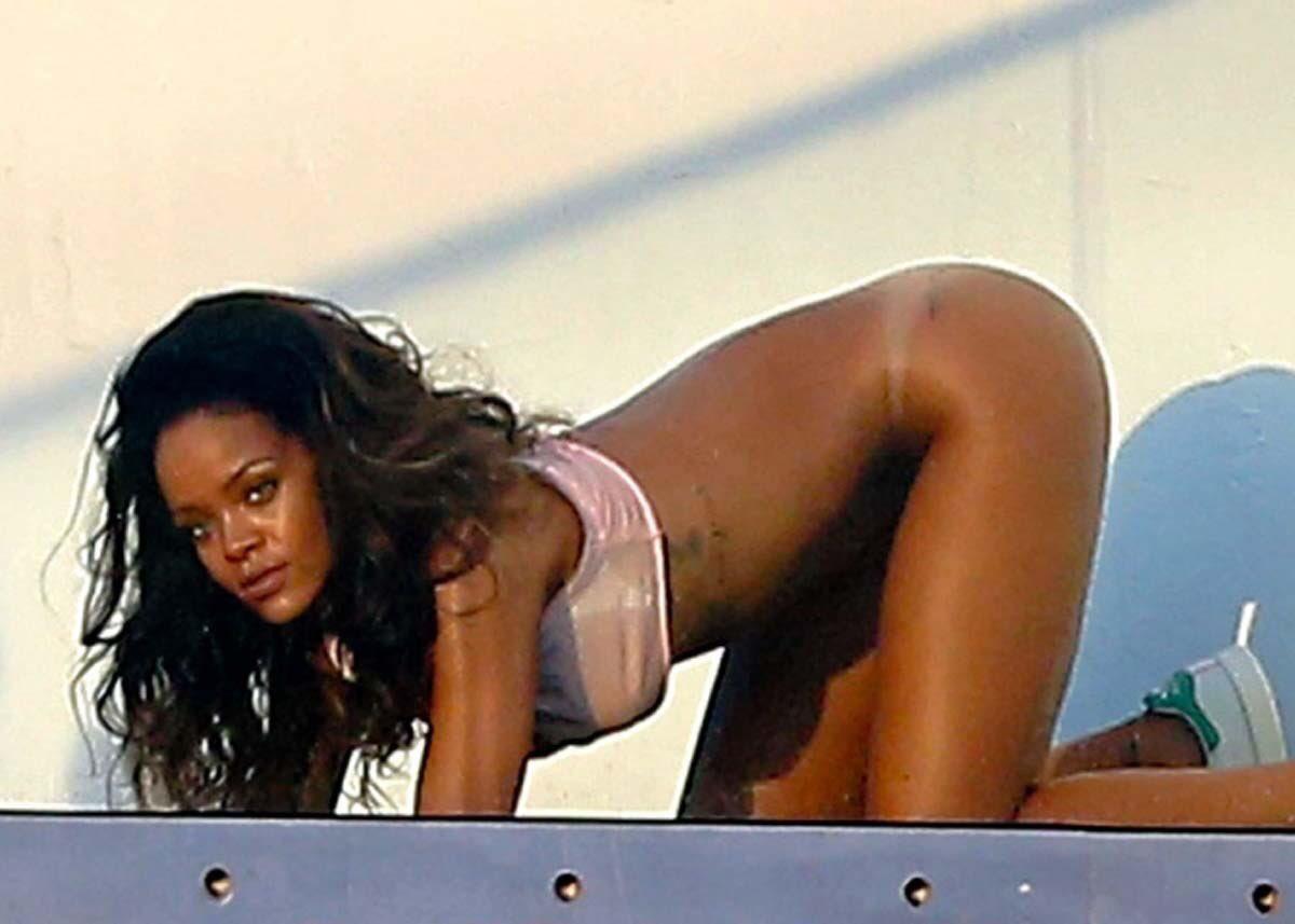 Rihanna cell phone naked pics — photo 12