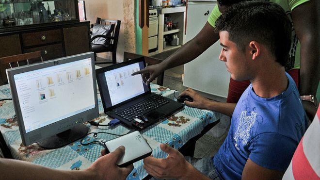 因为古巴网络审查太严格,经济条件又不好,古巴人上网都要靠走私。有人每周去美国,把视频、网页、电影、杂志、App 的更新包之类全部下载到一个上千 G 的硬盘里,直接卖给古巴人。叫做每周信息包(el Paquete Semanal / the weekly package),物理翻墙 https://t.co/uHVrRB223d 1