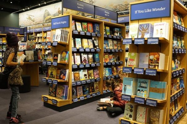 网上卖书 20 年,亚马逊开的线下书店有什么不一样?_智能_好奇心日报 https://t.co/lRTXJQtF5f https://t.co/GbtJdIKas1 1