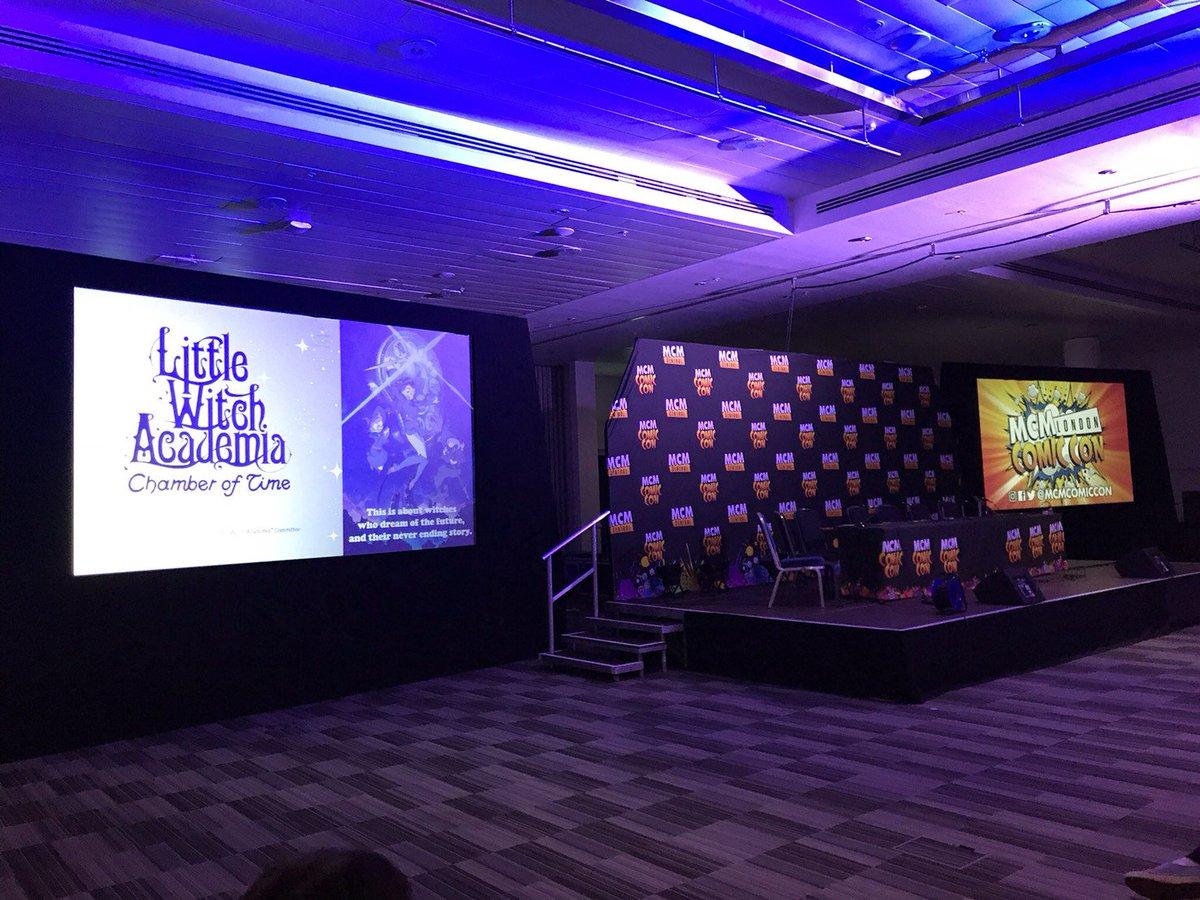 今週末、イギリスで開催中のMCM Comic Conではリトルウィッチアカデミアのパネルが大盛況!吉成監督のサイン入りゲーム版ポスターをチラ見せ👏 #LWA_jp