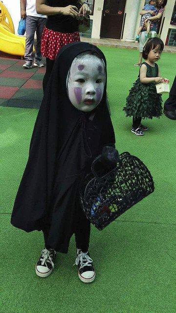 去年万圣节装无脸男吓哭小朋友,今年她的新造型是……《死亡笔记》里的琉克! https://t.co/rgtLzoY2MG 1
