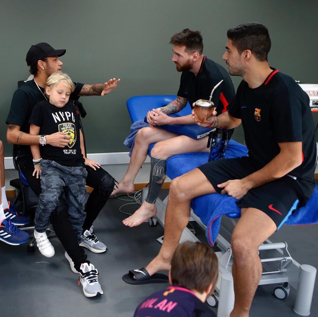 Así eran nuestros dias, yo contando las noticias 🤣😂 Messi @LuisSuarez9 me alegro verlos hermanos https://t.co/QiXphRKGyh