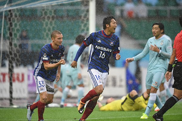 David (L) runs to celebrate with his teammate scorer; photo: Yokohama F·Marinos FC