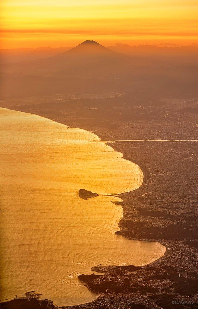 夕映えの相模湾と富士山。中央に突き出た島は江ノ島です。(先週飛行機の窓から撮影)今日もお疲れさまでした。明日からおだやかな一週間になりますように。 pic.twitter.com/IoUNRYXwEL