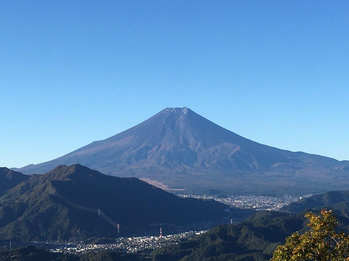 台風22号はとんでもないものを盗んで行きました。富士山の雪化粧です。