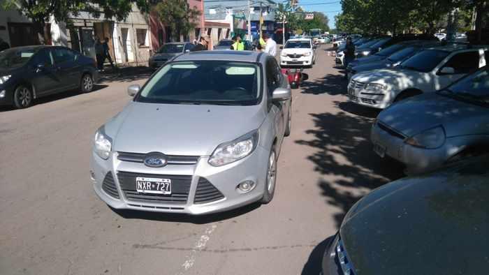 Santa Rosa | Motociclista impactó contra un auto en el centro