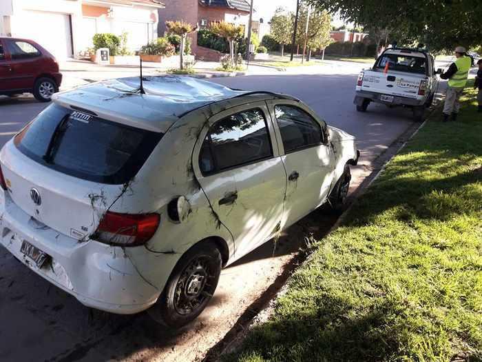Región | Un auto volcó en una cuneta con agua en la ruta 35