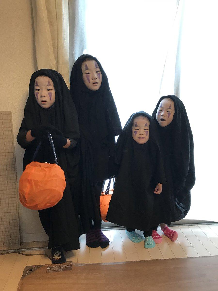 今年のハロウィン。 去年Twitterで見たあの子を、我が家の子供4人で真似させていただきました。