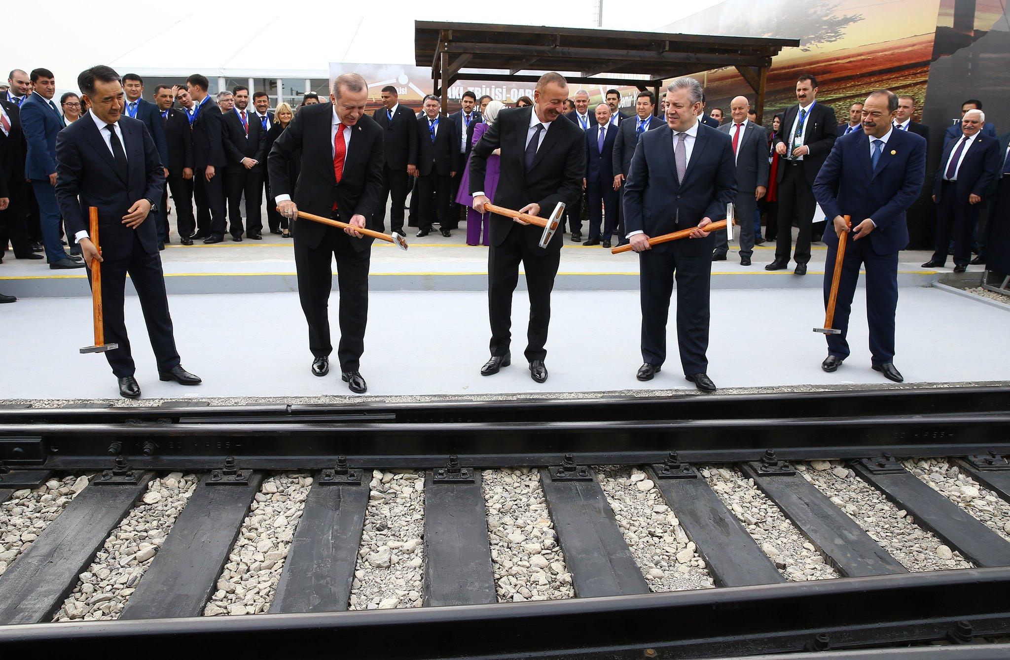 Açılan demiryolu hattı; Türkiye, Azerbaycan ve Gürcistan yönetimlerinin ortak başarısıdır. https://t.co/ODJuqgdJxB