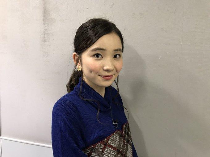 青い服を着た福地桃子