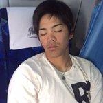 出発前のバスの中で爆睡している肘井選手を激写しました。すいません!(広報) #chibalotte …