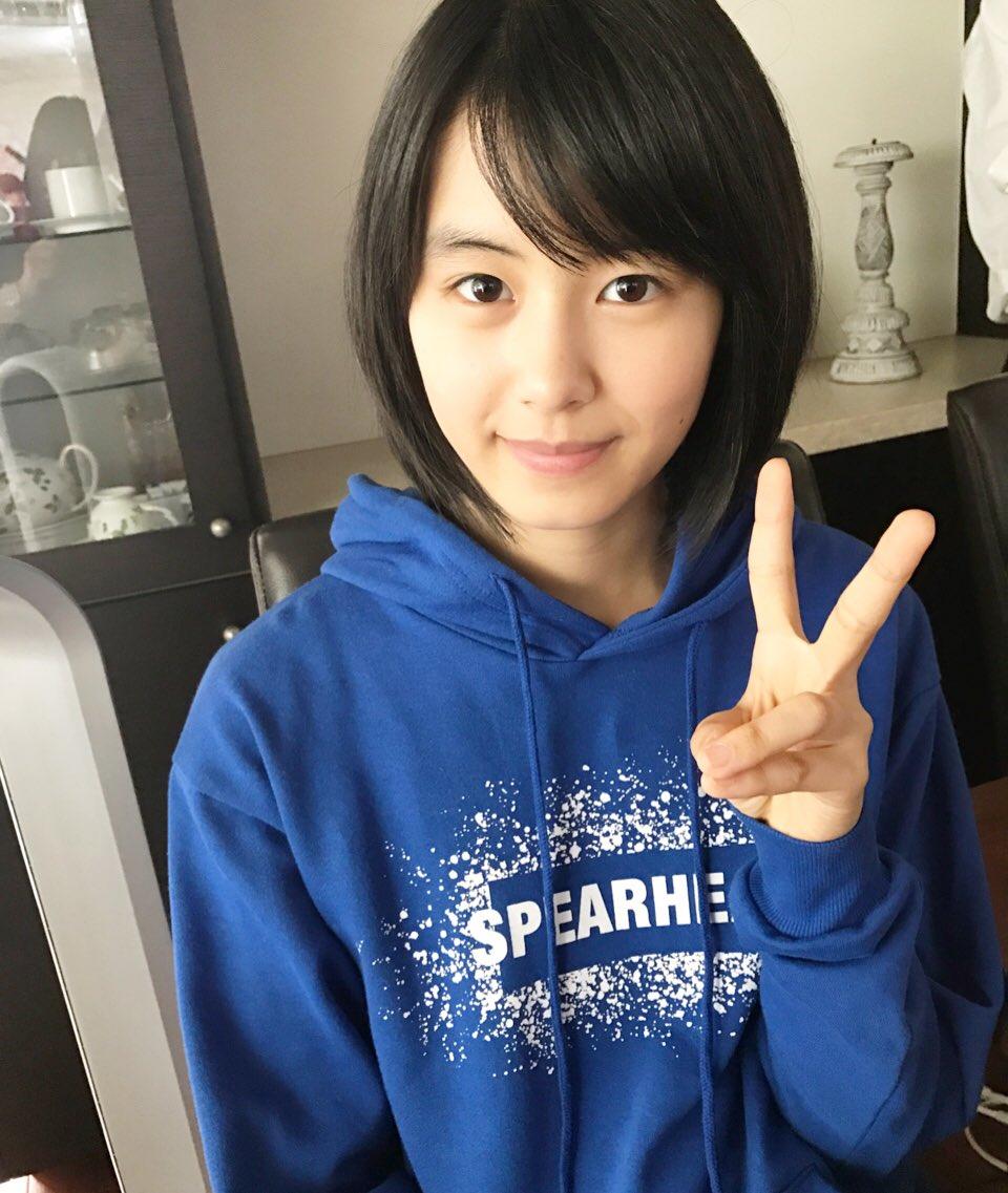 青いパーカーを着た竹内愛紗