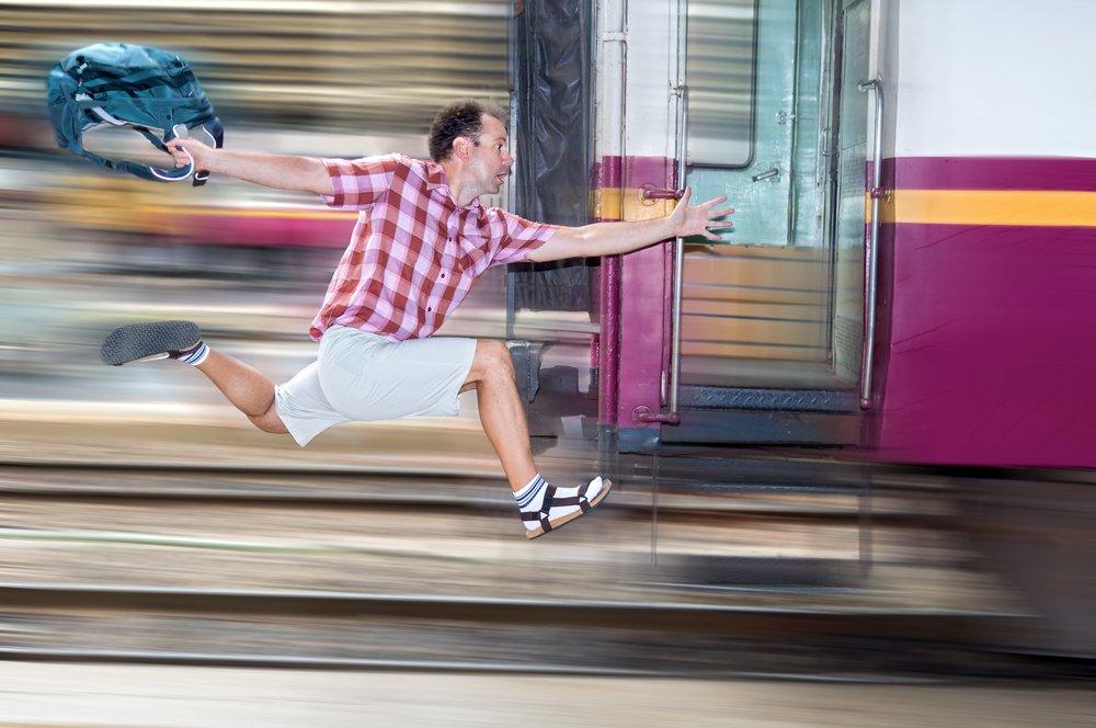 Человек бежит за поездом картинка