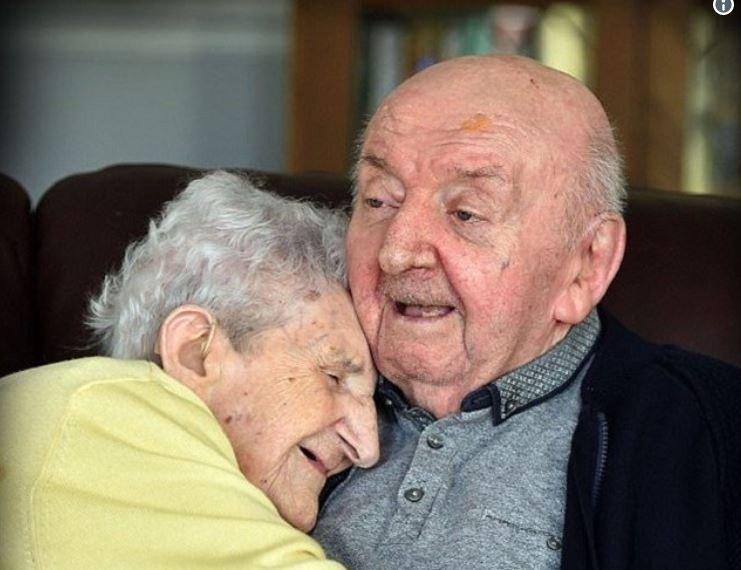 À 98 ans elle rentre en maison de retraite pour s'occuper de son fils de 80 ans ❤ https://t.co/DMh5gOwzR2