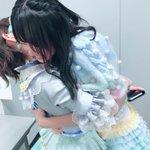 本番前のゆみりん。緊張しすぎて、いきなり抱きつきました…!!笑#まゆゆ卒コン pic.twitter…
